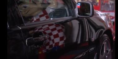 Tussen de auto's in stijl met een mondkapje?